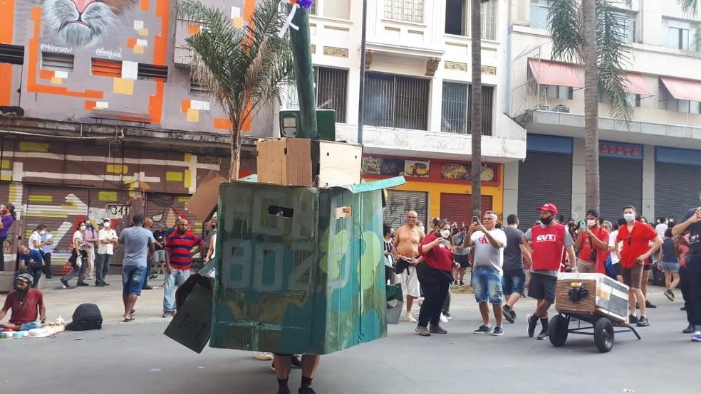 Manifestantes contrários ao presidente Jair Bolsonaro fazem tanque militar de papel em ato no Vale do Anhangabaú, na região central de São Paulo, nesta terça-feira (7) — Foto: Junior França/Arquivo pessoal