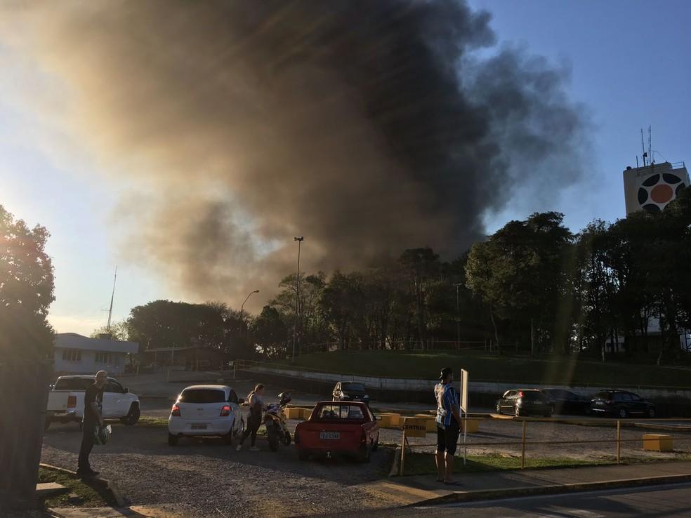 Incêndio é considerado de grandes proporções (Foto: Greici Mattos / RBS TV)