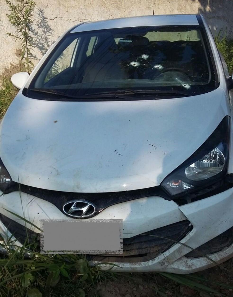 Carro utilizado em fuga por um dos assaltantes foi encontrado com marcas de tiros (Foto: Divulgação/Polícia Rodoviária Estadual)