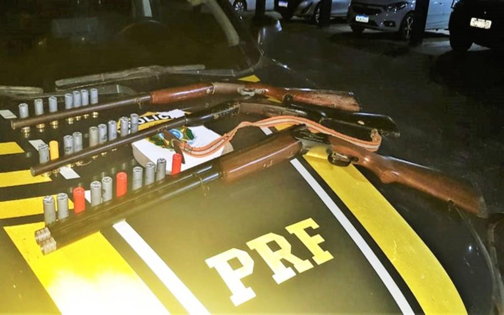 Armas e munições foram apreendidas em fiscalização na BR-101, em Alagoinhas — Foto: Divulgação/PRF
