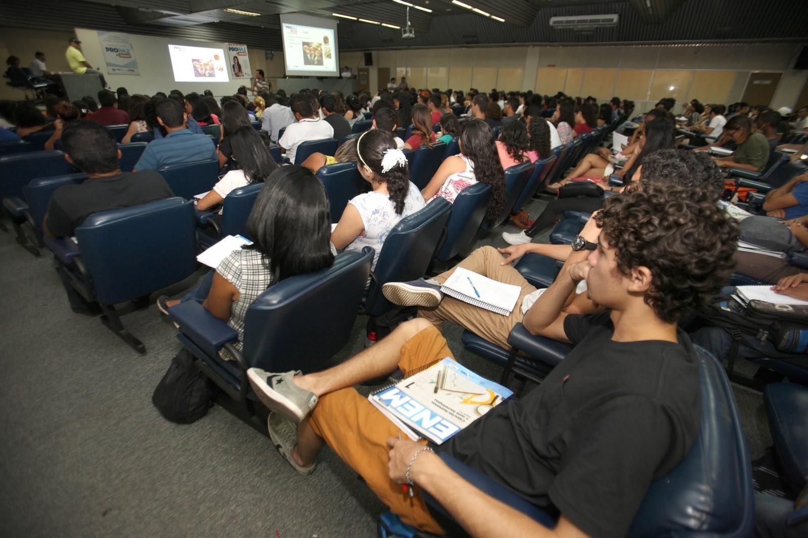 Faltando poucas semanas para o Enem, alunos da rede pública podem revisar conteúdo