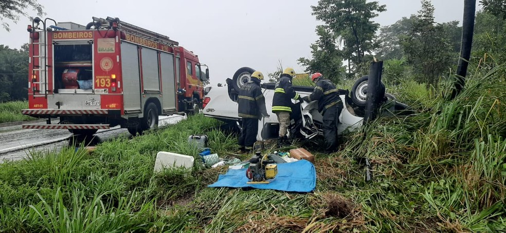 Bombeiros retirando porta de carro para resgatar corpo de vítima — Foto: Divulgação