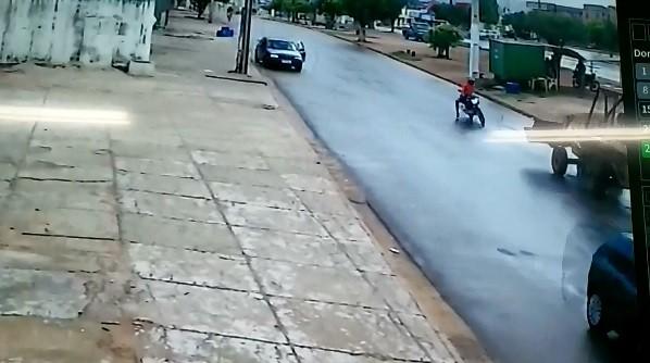 Imagem mostra moto batendo de frente com trator em MT