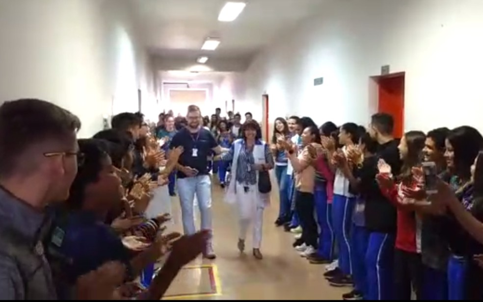 Corredor de aplausos para professora Helena Carvalho, que se aposentou após 18 anos lecioando ? Foto: Reprodução/TV Anhanguera