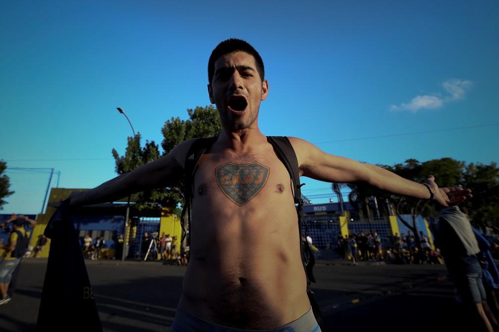Torcedor do Boca Juniors com o escudo do clube tatuado no peito — Foto: EFE/Juan Ignacio Roncoroni