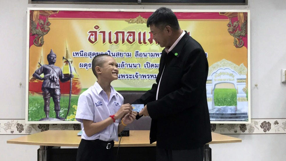 -  Mongkol Boonpiam recebe cartão de cidadania tailandesa nesta quarta-feira  8  em cerimônia em Mae Sai  Foto: Chiang Rai Public Relations Office via A