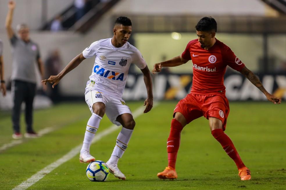 Inter conseguiu frear o habilidoso Rodrygo na Vila (Foto: Agência Estado)