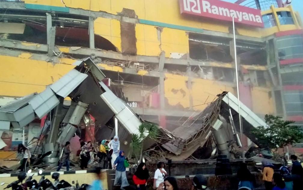 Shopping parcialmente destruído em Palu — Foto: Antara Foto / BNBP / via Reuters