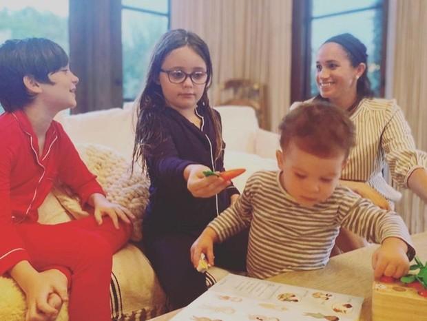 Meghan Markle com o filhom, Archie e outras crianças (Foto: Reprodução Instagram)