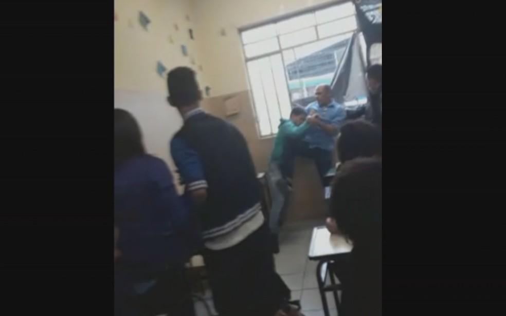 Aluno agride professor dentro da sala de aula em Belo Horizonte; briga seria por causa de janela fechada — Foto: Reprodução/TV Globo