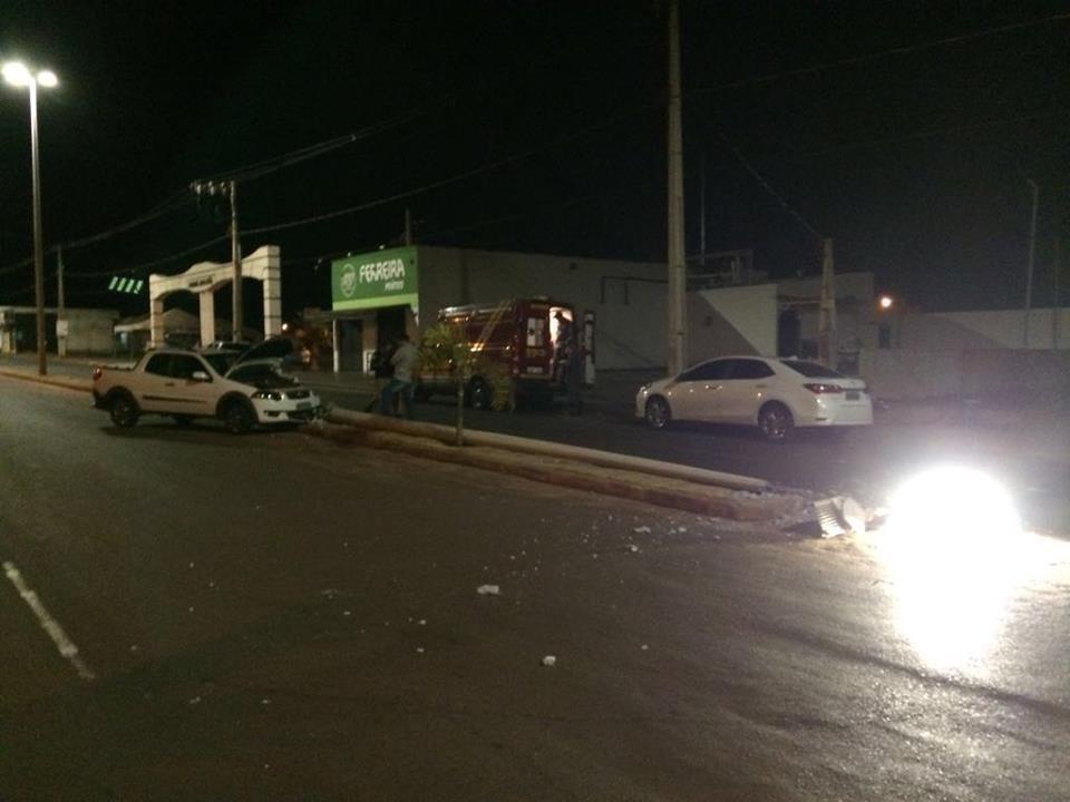 Condutor perde o controle do carro e bate em poste de iluminação em Ituiutaba