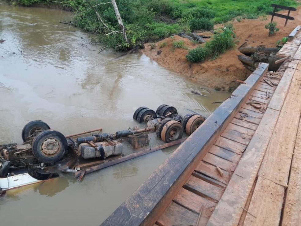 Caminhão cai em rio e durante travessia de ponte e motorista morre afogado em Buritis, RO — Foto: Reprodução/WhatsApp