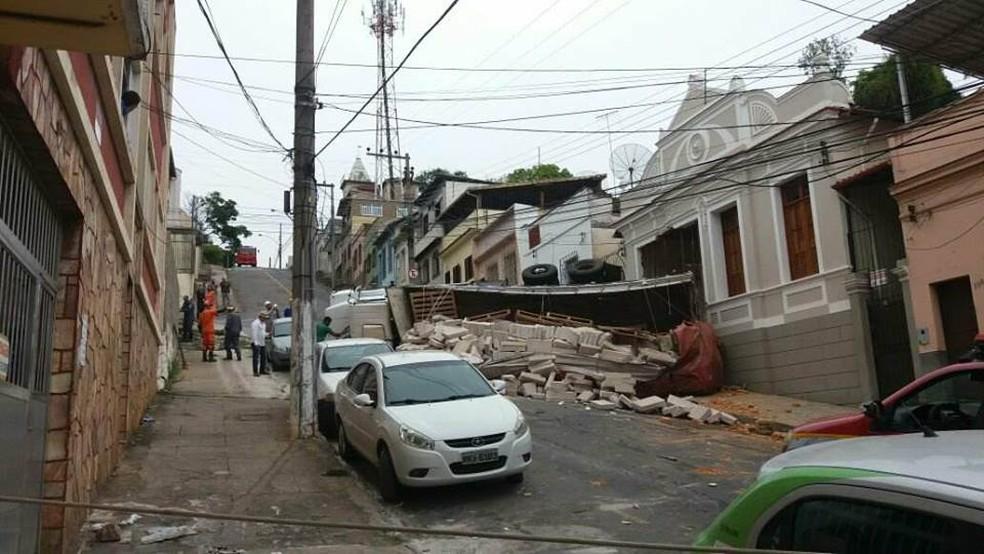 Caminhão carregado com lajotas tombou e atingiu casa em Juiz de Fora (Foto: Vagner Tolendato/G1)