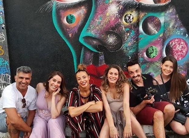 As bailarinas juntamente com a equipe que participou da produção do vídeo - só faltou Mariana, que já está prestes a dar a luz e gravou o depoimento direto do Rio de Janeiro (Foto: Divulgação)