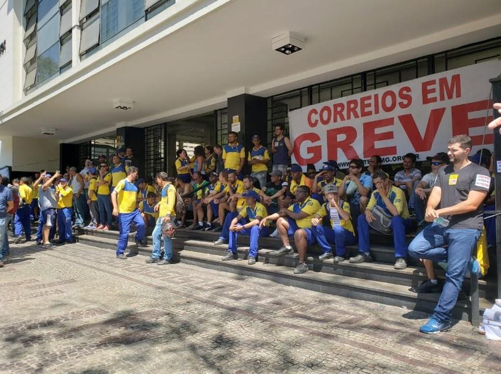 Trabalhadores dos Correios em greve, em Belo Horizonte — Foto: Gabi Coelho/G1