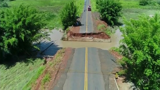 Parte de rodovia engolida por cratera após chuvas começa a ser reconstruída