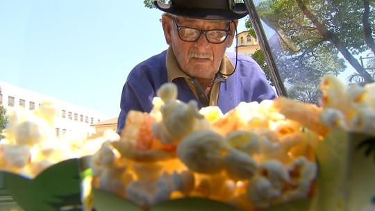 Conheça o Seo João, que há 56 anos vende pipoca em Boituva