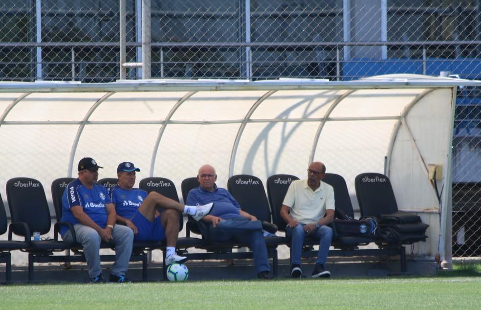 Renato Gaúcho conversa com presidente Romildo Bolzan em treino — Foto: Eduardo Moura