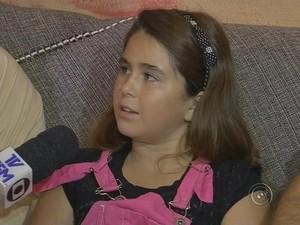Emanuela Bassi tem 10 anos e sabe falar Libras desde os 3 (Foto: Reprodução/ TV TEM)