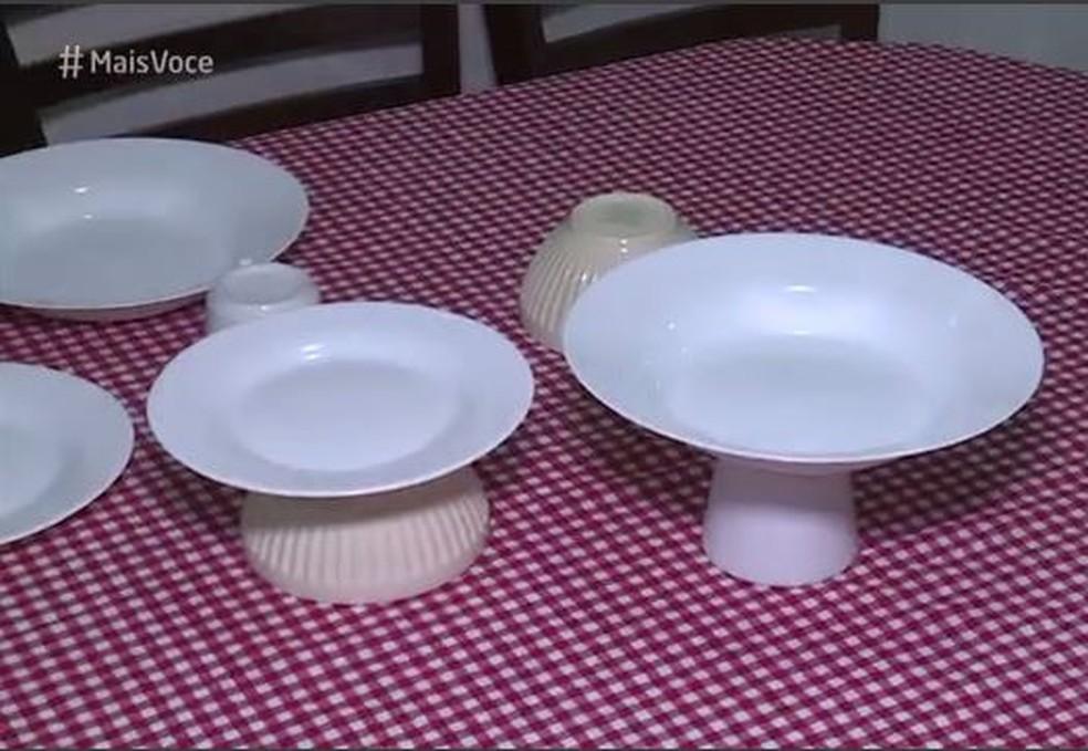 Tigelas e xícaras, viradas de cabeça para baixo, viram suporte para pratos que podem receber doces e bolos — Foto: TV Globo