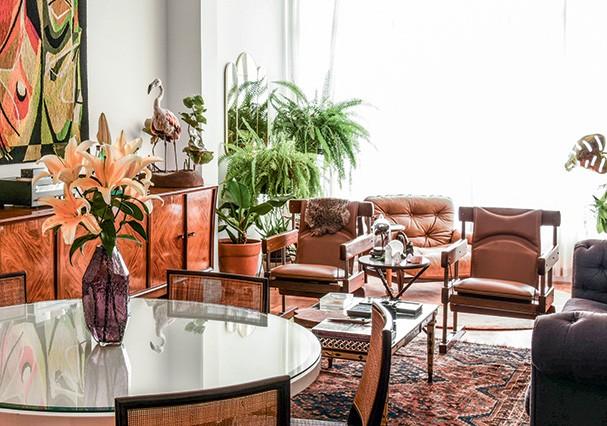 Cadeiras de Sérgio Rodrigues, poltrona de Jean Gillon e o espelho de Bianca Barbato (achado na loja Apartamento 61) dominam a sala de estar (Foto: Romulo Fialdini)