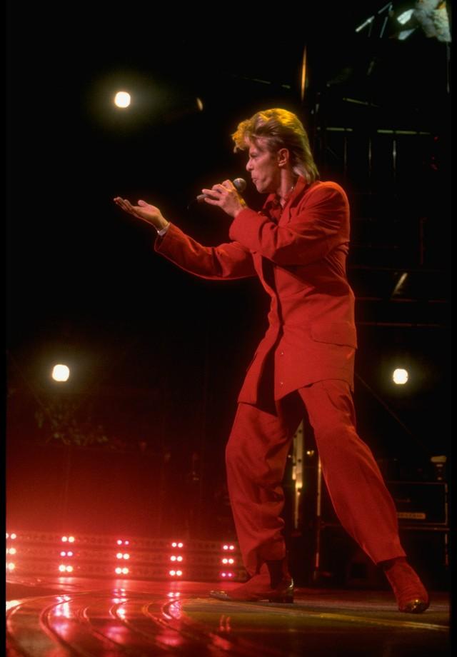 David Bowie, nos anos 80, já usava o look de alfaiataria monocromático que Kim Jones na Dior e Virgil Abloh na Louis Vuitton propuseram na última temporada. (Foto: Getty Images)