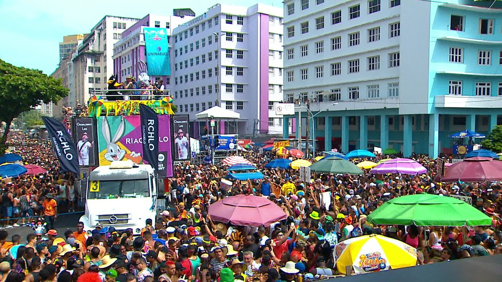 Na Avenida Guararapes, trios elétricos fazem a festa dos foliões que curtem o Galo da Madrugada — Foto: Reprodução/TV Globo