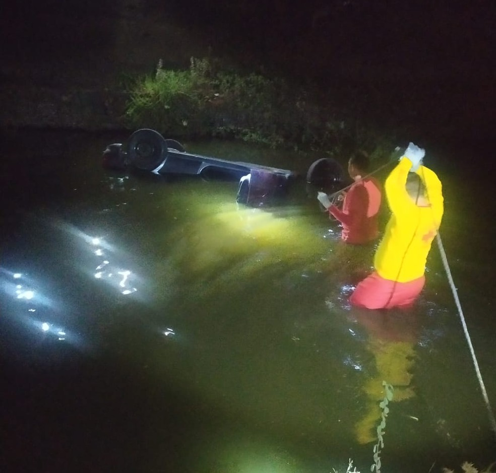 Adolescente morreu após carro cair dentro de rio, na região Seridó potiguar — Foto: PM/Cedida