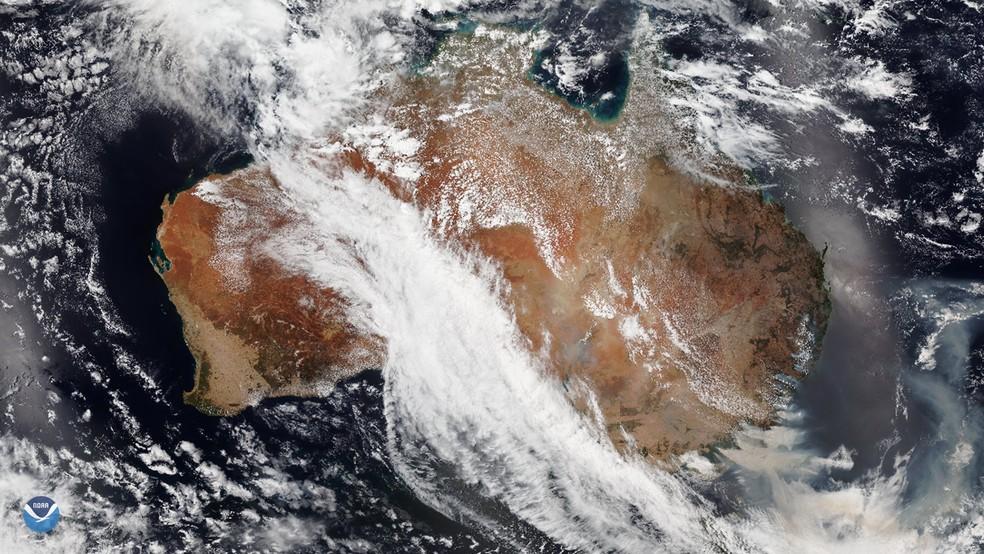 Imagem de satélite mostra a fumaça marrom dos incêndios na Austrália sendo arrastada para o Oceano Pacífico em 5 de janeiro.  — Foto: NOAA