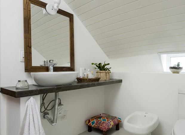 O banheiro tem forro de PVC, por conta do formato arrendondado (Foto: Fernando Willadino/Divulgação)