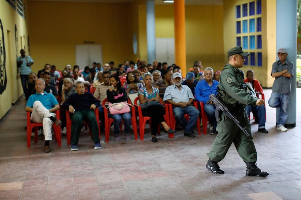 Venezuelanos esperam para votar em sessão eleitoral em Caracas neste domingo (Foto: REUTERS/Carlos Garcia Rawlins)