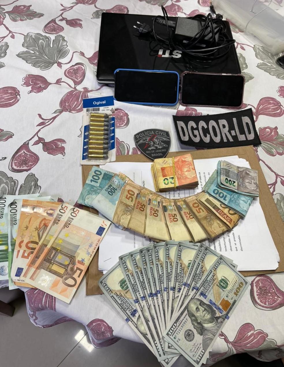 Dinheiro apreendido na casa de Antonio Cesar Alves, irmão do ex-prefeito de Saquarema — Foto: Divulgação/MPRJ