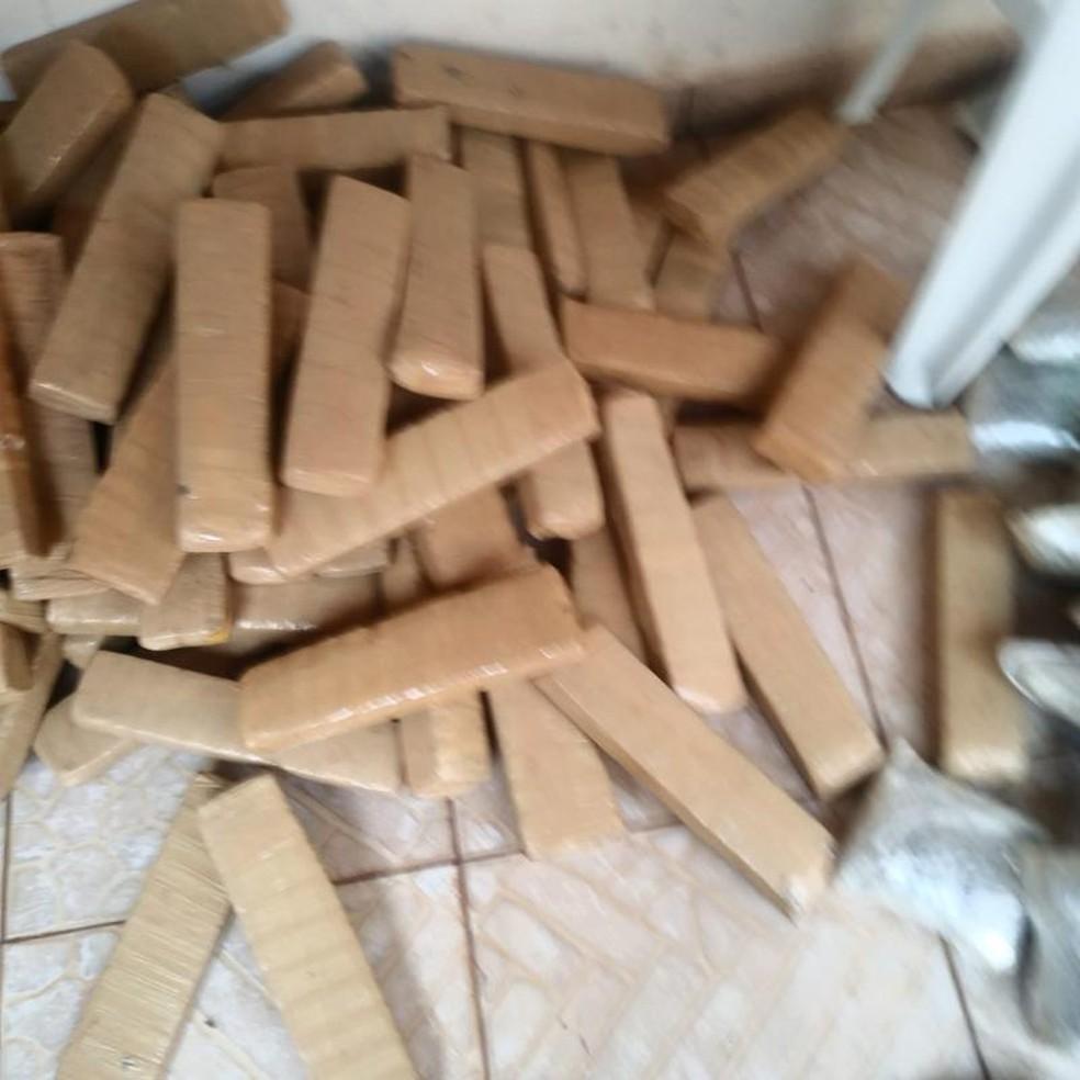 Tabletes de maconha foram encontrados espalhados na casa (Foto: Luiz Monteiro)