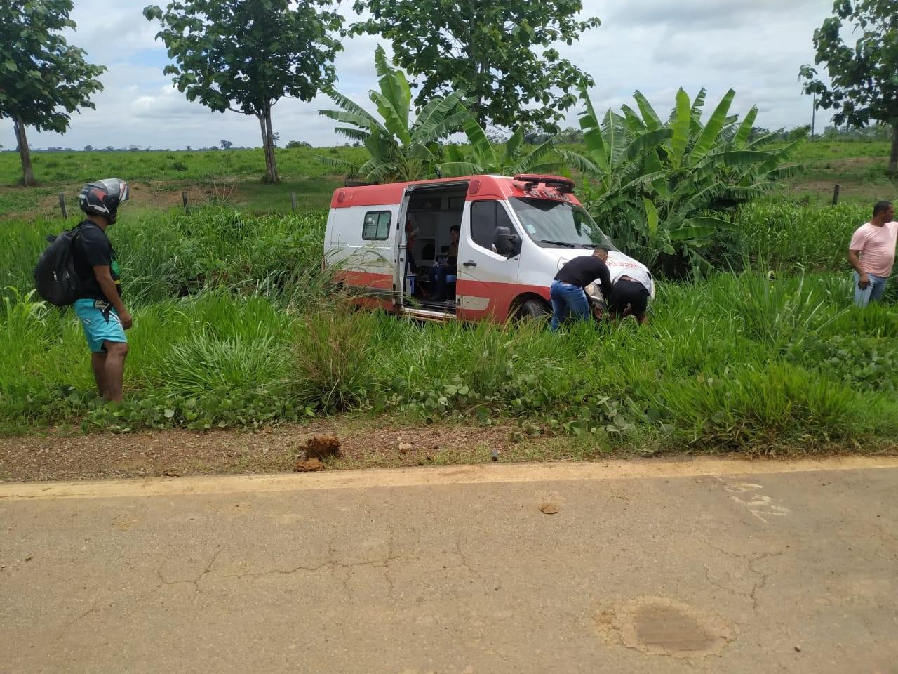 Ambulância que levava mãe e bebê indígena para hospital sai da pista ao bater em buraco no AC - Notícias - Plantão Diário