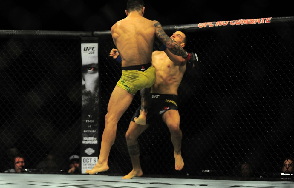 Elizeu Capoeira acerta a joelhada que nocauteou Luigi Vendramini no UFC São Paulo — Foto: Marcos Ribolli