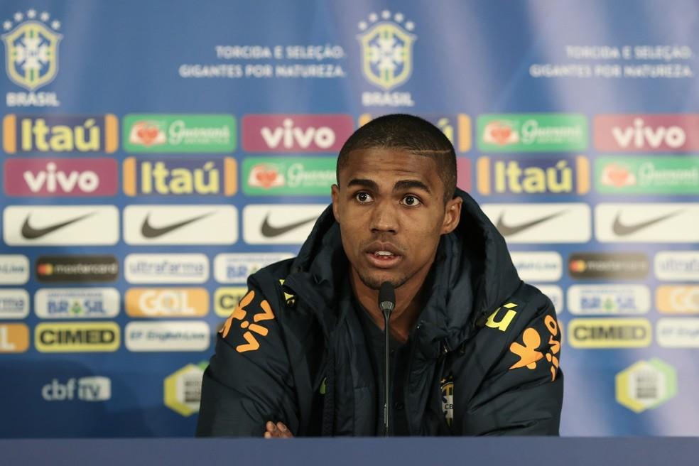 Douglas Costa na coletiva desta terça: meia-atacante deve substituir Neymar contra a Rússia (Foto: Pedro Martins / MoWA Press)