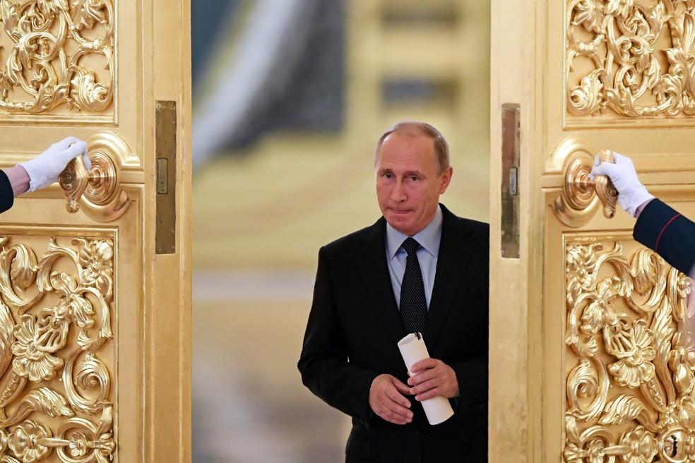 -  Em foto de arquivo, presidente russo Vladimir Putin entra em um salão para encontrar membros do Conselho Presidencial para a Sociedade Civil e Direit