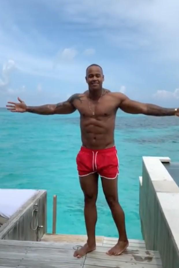 Léo Santana quase cai em tentativa de vídeo inspirador nas Maldivas (Foto: Reprodução/Instagram)