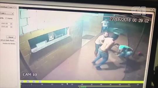 Câmera registra caminhoneiro sendo agredido com golpes de faca após briga; vídeo