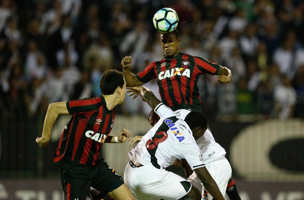 Ribamar fez o gol da vitória do Atlético-PR (Foto: Agência Estado)