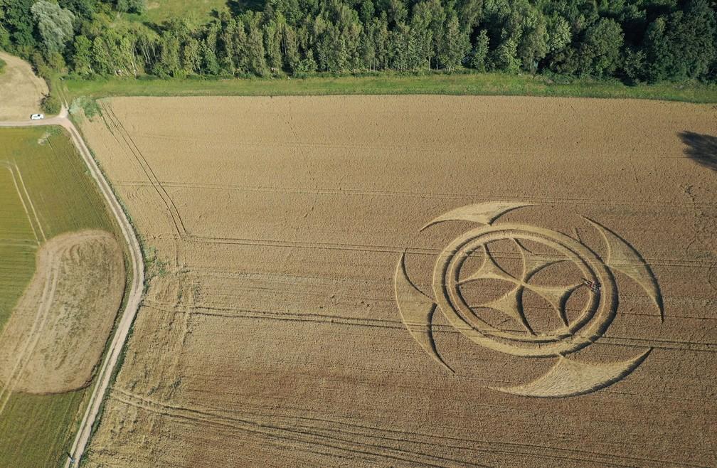 Símbolo gigantesco em campo de trigo atrai atenção de curiosos na França — Foto: Pascal Rossignol/Reuters