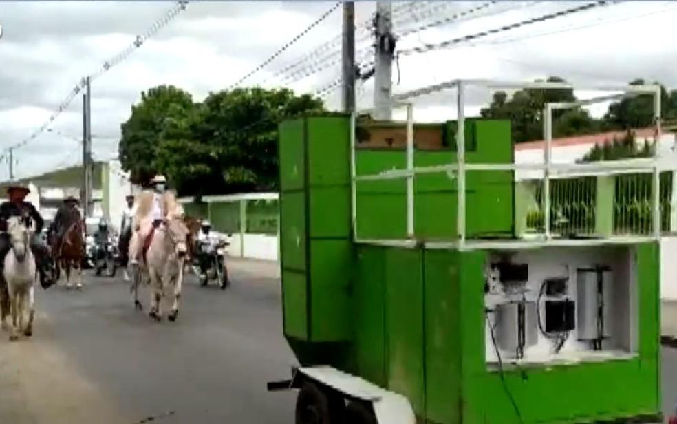 Prefeito de cidade baiana reduz salário em 90% e vai para posse montado em boi — Foto: Reprodução/TV Bahia
