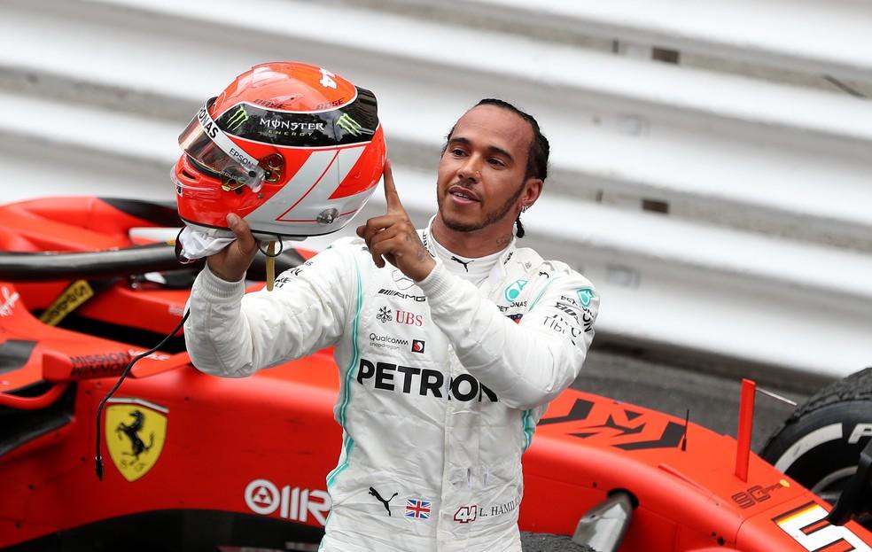 Hamilton correu com capacete em homenagem a Lauda no GP de Mônaco de 2019 — Foto: Getty Images