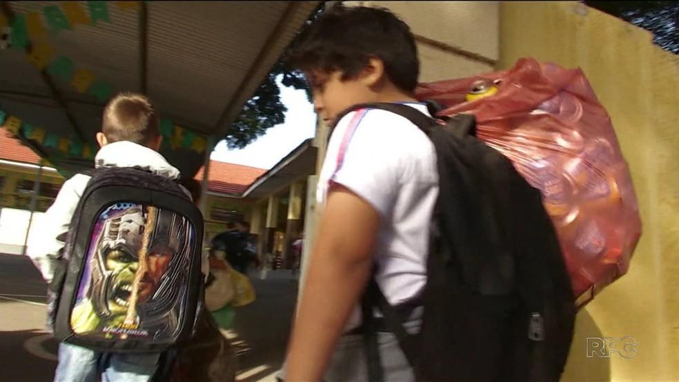 Alunos de escola municipal de Iguaraçu trocam latinhas por livros novos  (Foto: Reprodução/RPC)