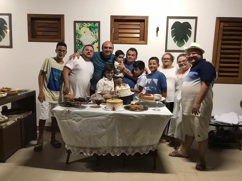Goreti Melo com parte dos netos, filhos e o marido — Foto: Arquivo da família