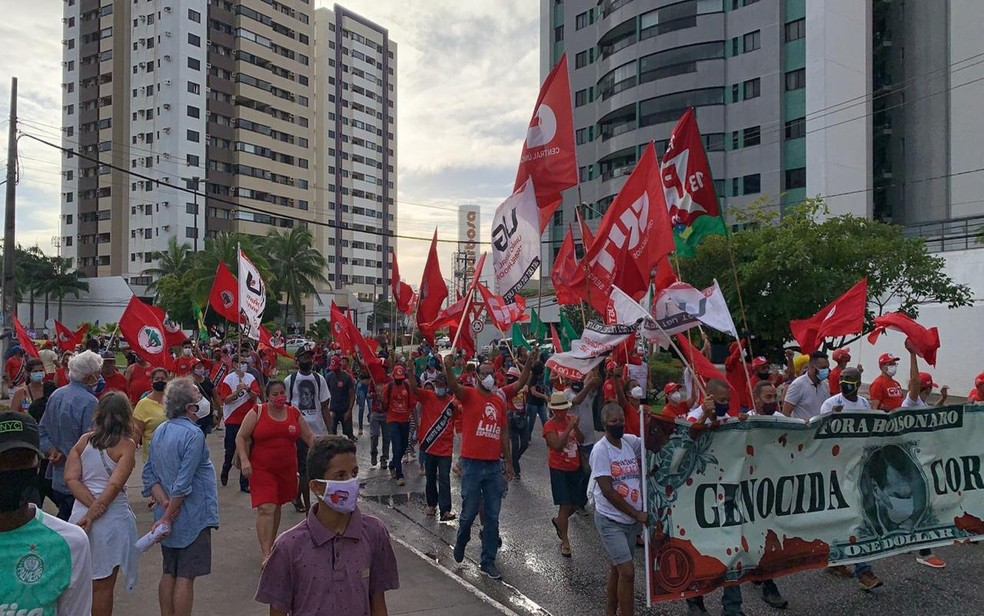 Manifestantes passam pelo Bairro Jardins , em Aracaju. — Foto: Michele Costa/ TV Sergipe