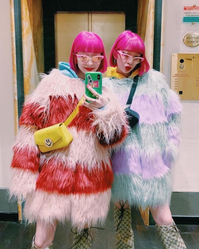 As popstars japonesas Amiaya e seus cabelos rosa neon (Foto: Instagram Amiaya/ Reprodução)