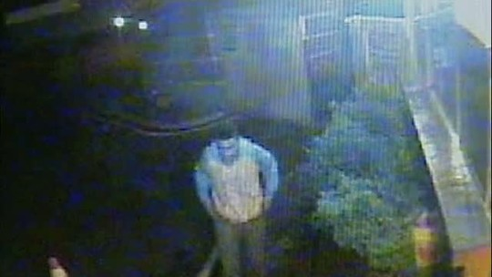 Polícia procura rapaz que está nessas imagens
