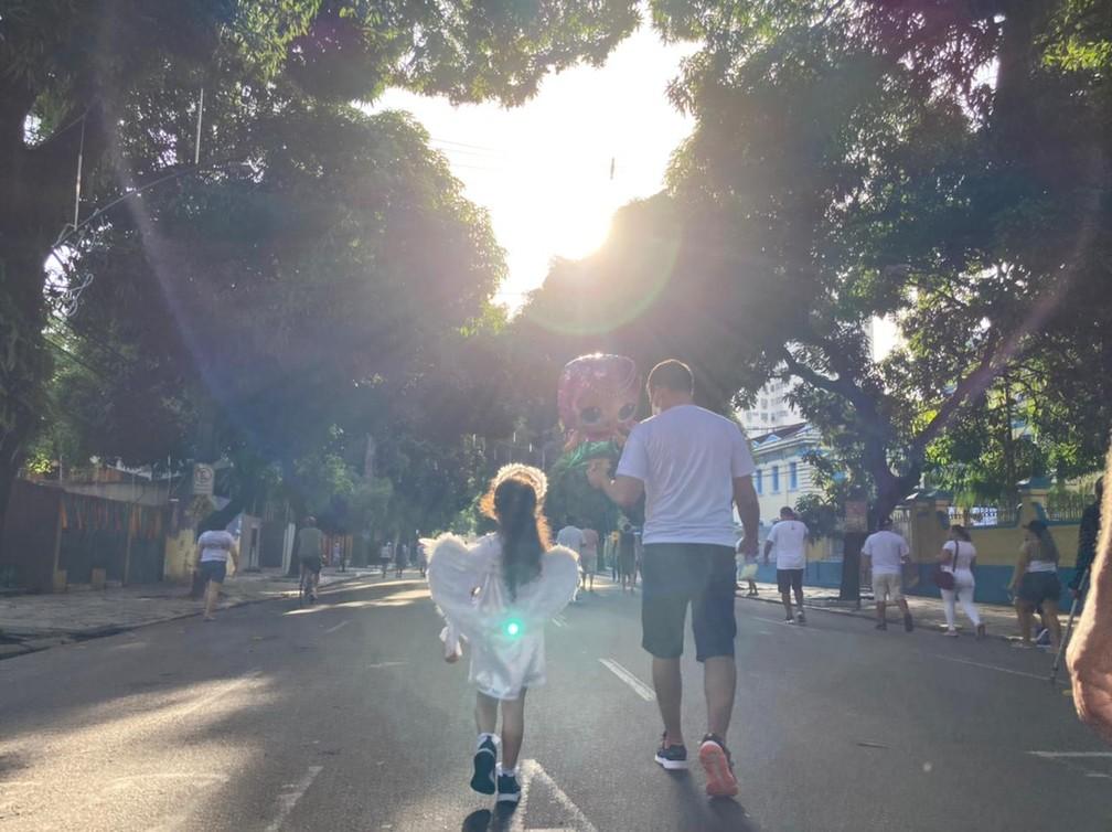 Círio de Nazaré 2021 - Pai e filha caminhando pela avenida Nazaré — Foto: Eduardo Quemel/g1 Pará