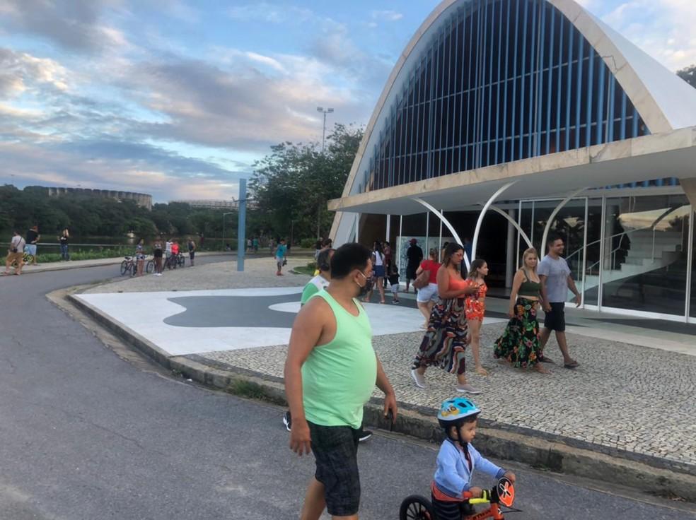 Pessoas circularam sem máscara pela Orla da Lagoa da Pampulha neste domingo (07). — Foto: Luciana Mussi